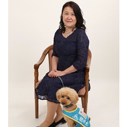 松本氏顔写真、聴導犬とツーショット